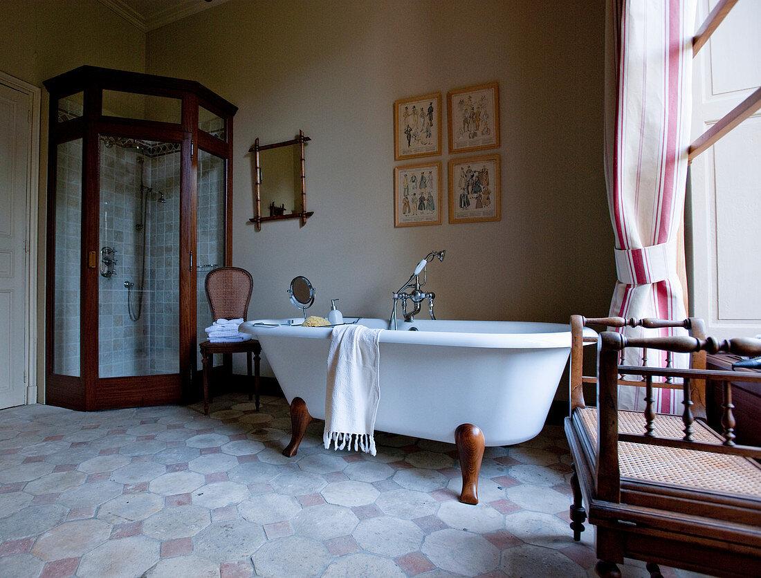 Bad mit Holzrahmen-Eckdusche und freistehender Badewanne mit Holzfüßen