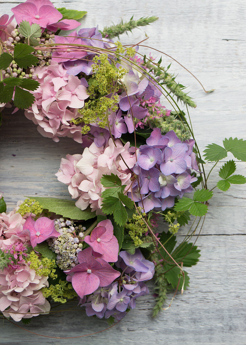 Wreath of hydrangeas, lady's mantel and tendrils of wild strawberry