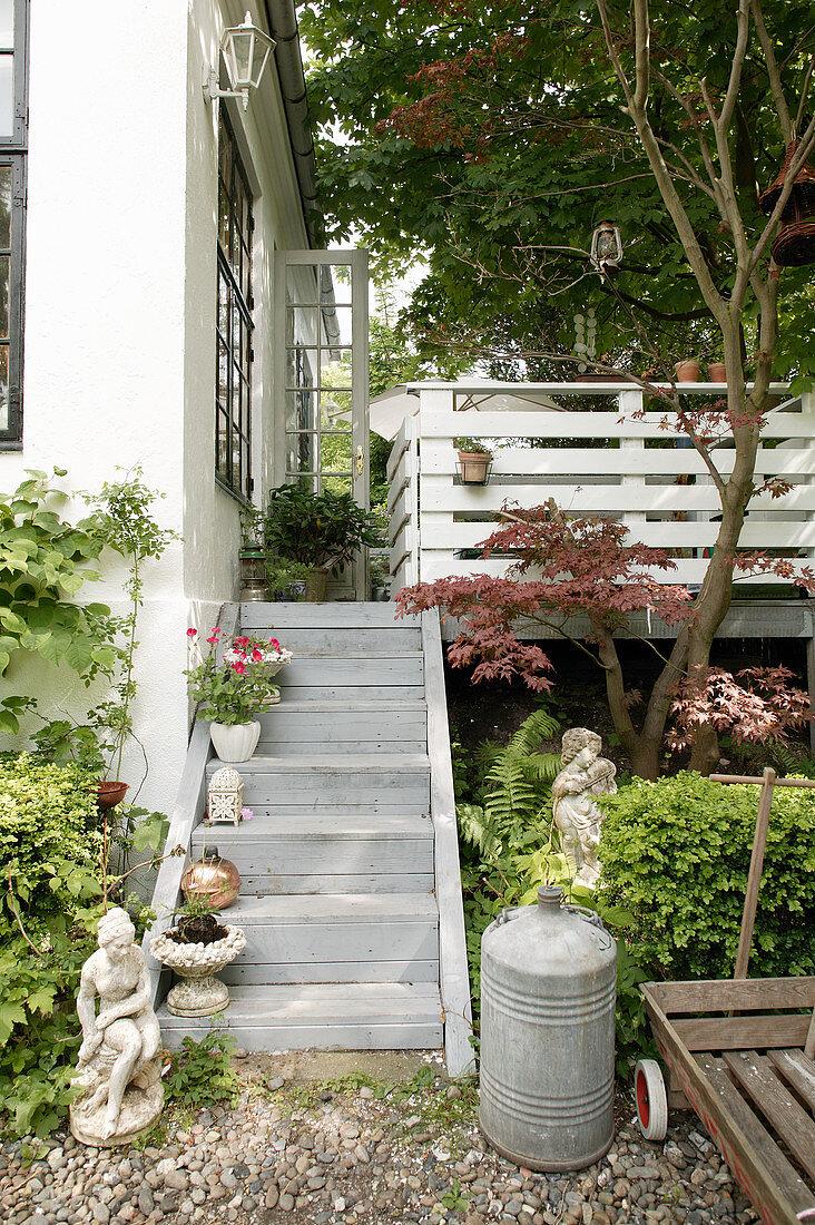 Treppe zur Terrasse im sommerlichen … – Bild kaufen – 20 ...