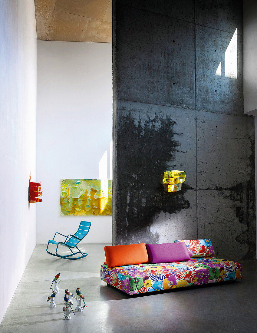 Buntes Outdoor-Sofa und blauer Aluminium-Schaukelstuhl in Ausstellungsraum