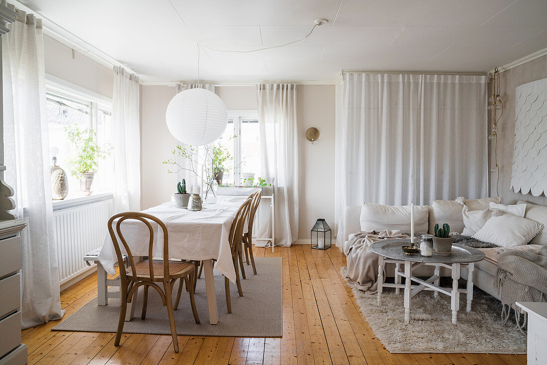 Multifunctional, Bohemian-style interior in white and beige