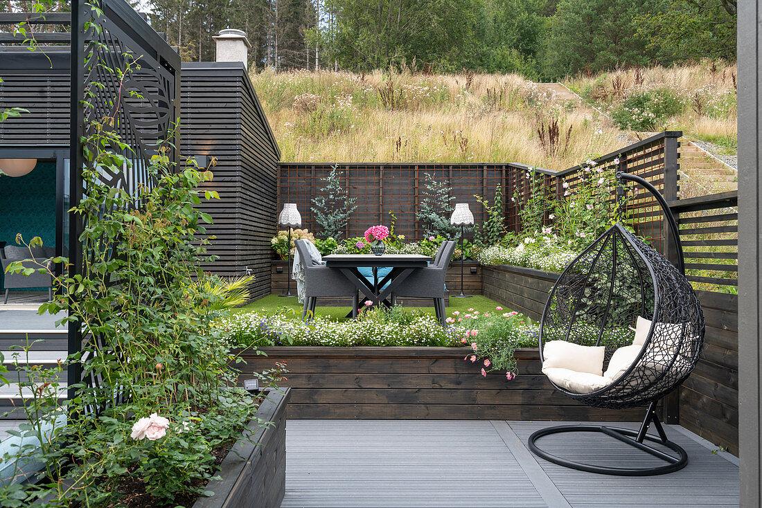 Hängesessel auf der Terrasse im Garten … – Bild kaufen – 20 ...