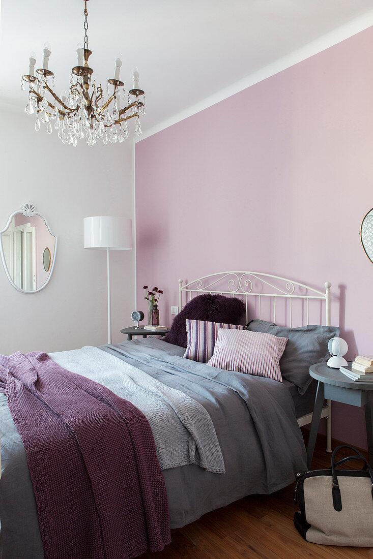 Doppelbett Vor Rosa Wand Im Schlafzimmer Bild Kaufen 12976481 Living4media