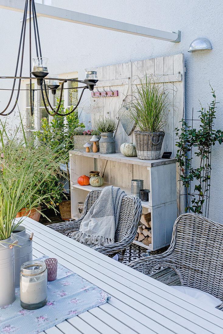 Herbstlich dekorierte Terrasse mit … – Bild kaufen – 20 ...