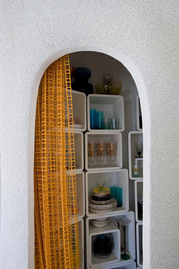 Regalmodule in einer Kammer mit geschwungenen Wänden