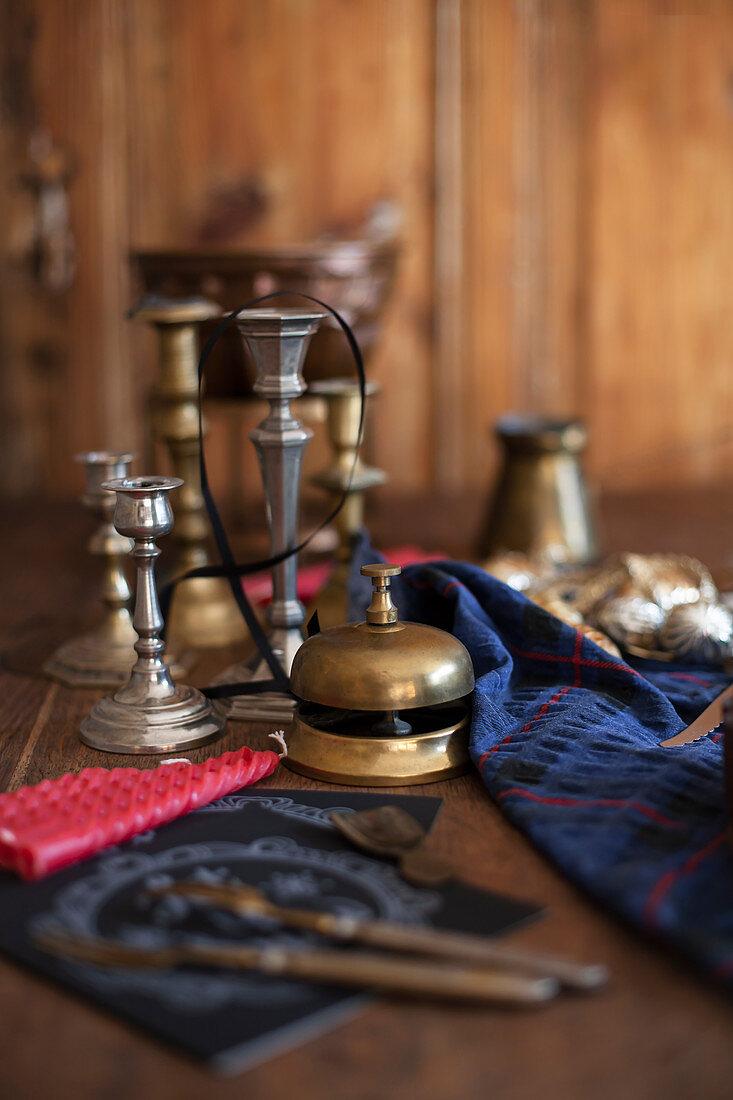 Antike Klingel aus Messing und Kerzenleuchter