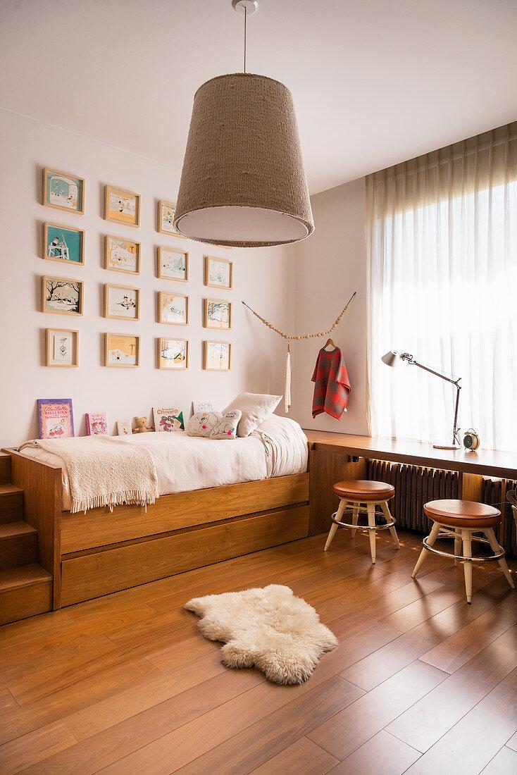 Kinderzimmer in Brauntönen mit Bildergalerie überm Bett