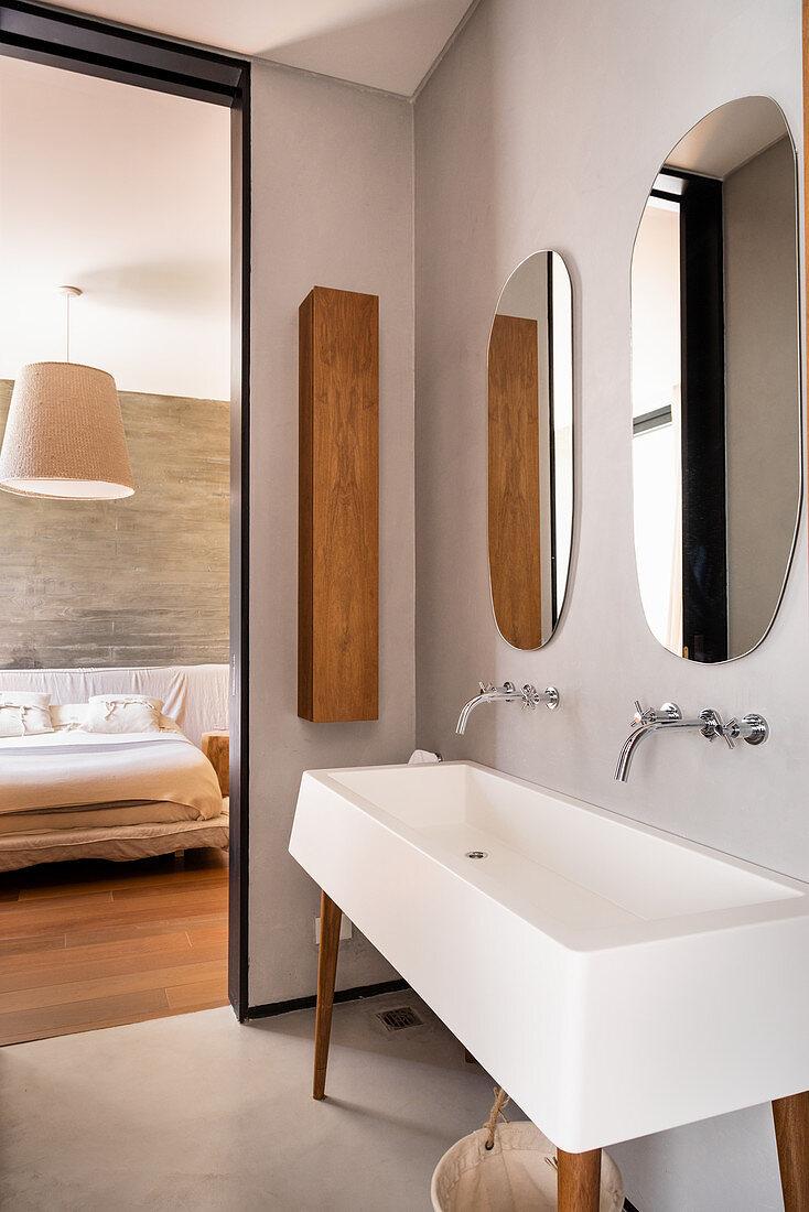 Eckiges Waschbecken auf Möbelfüßen im Bad Ensuite
