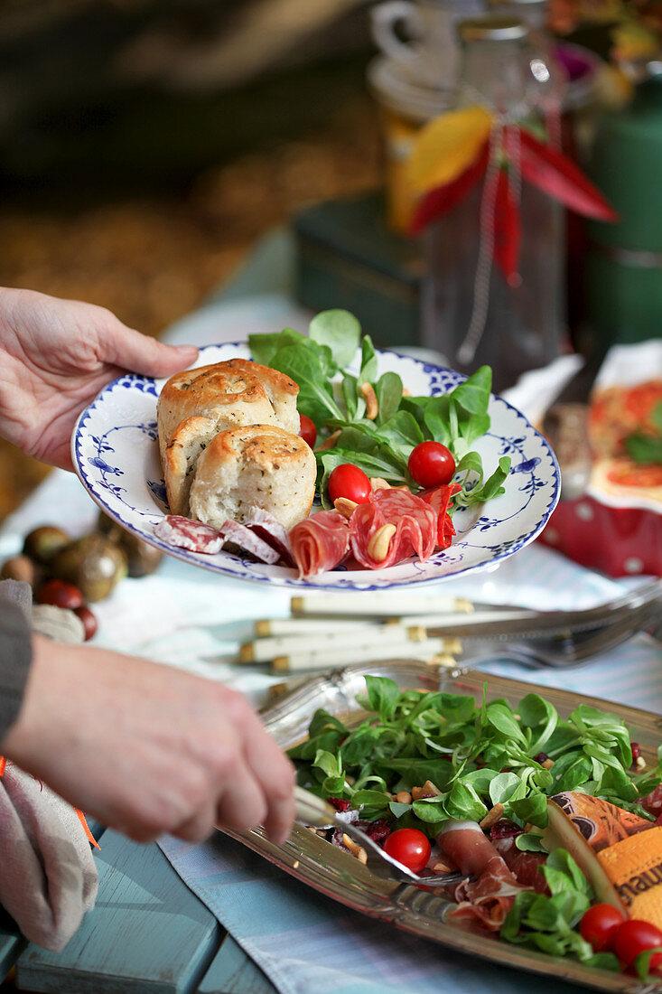 Kräuterbrötchen mit Feldsalat, Tomaten und Schinken