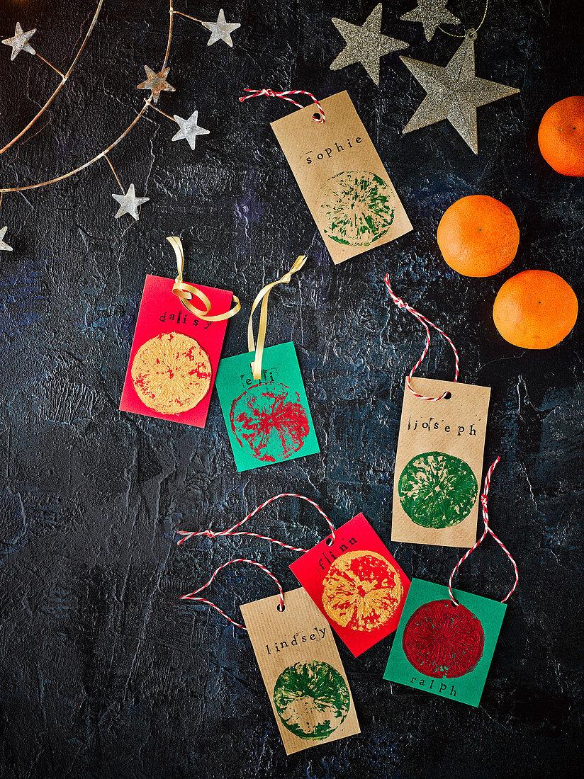 Mit Clementinen bedruckte Geschenkanhänger für Weihnachten