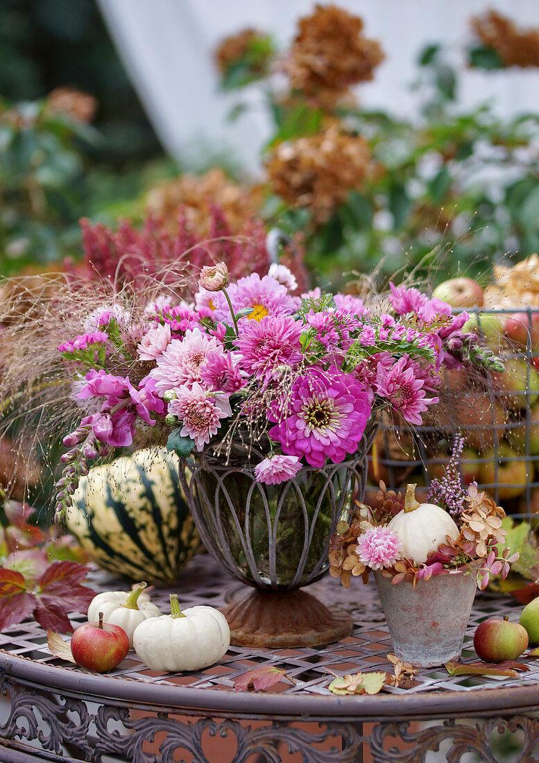 Herbststrauß mit Chrysanthemen, Zinnien, Strandflieder, Löwenmäulchen und Hexengras