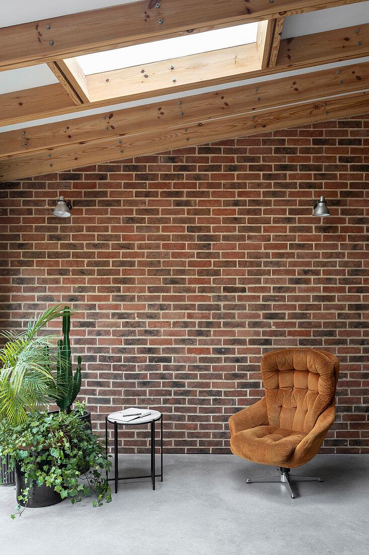Gemütlicher Sitzplatz vor Backsteinwand