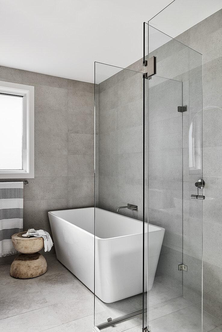 Freis stehende Badewanne, davor Glaswand … – Bild kaufen ...