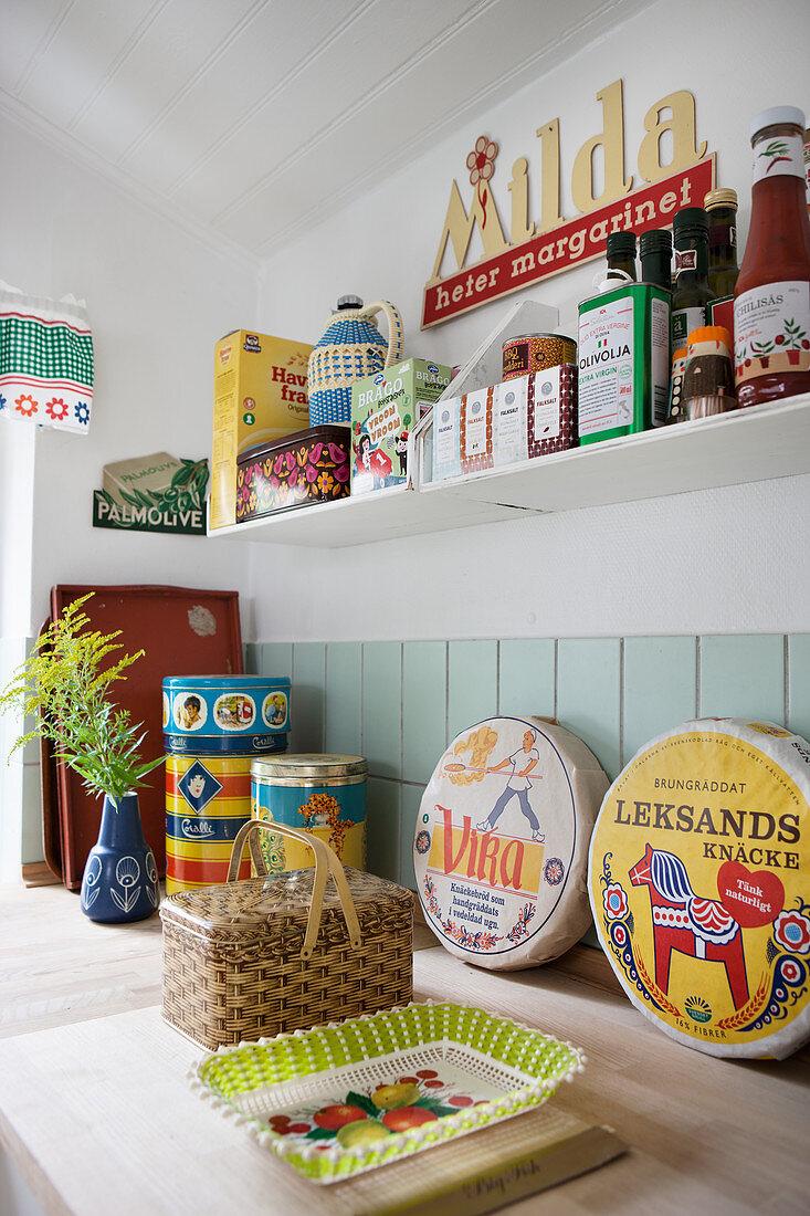 Groceries, tins and accessories in Scandinavian retro look