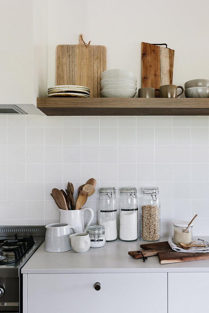 Küchenzubehör in Naturtönen in schlichter Küche mit Regal