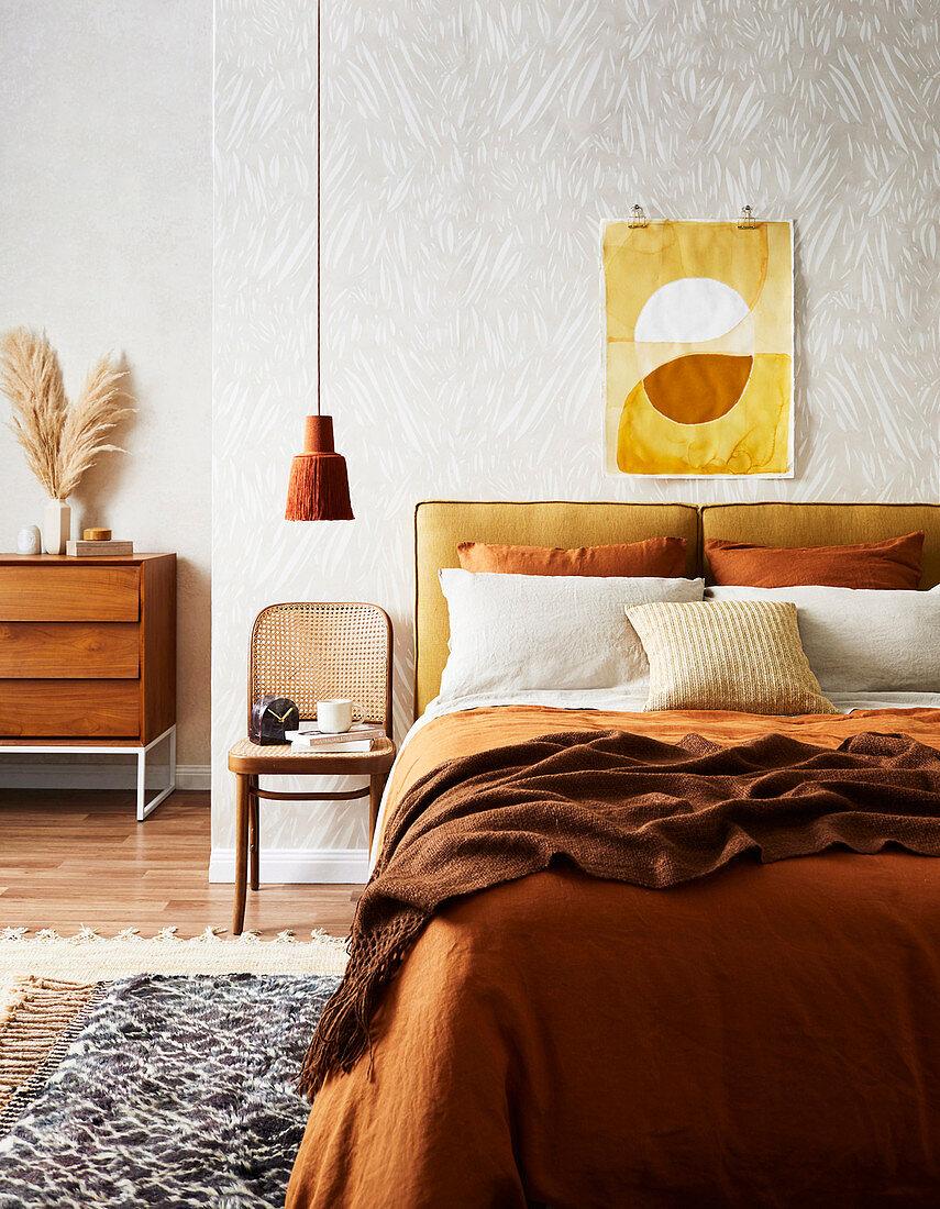 Schlafzimmer in Ocker und Brauntönen im Retro-Stil