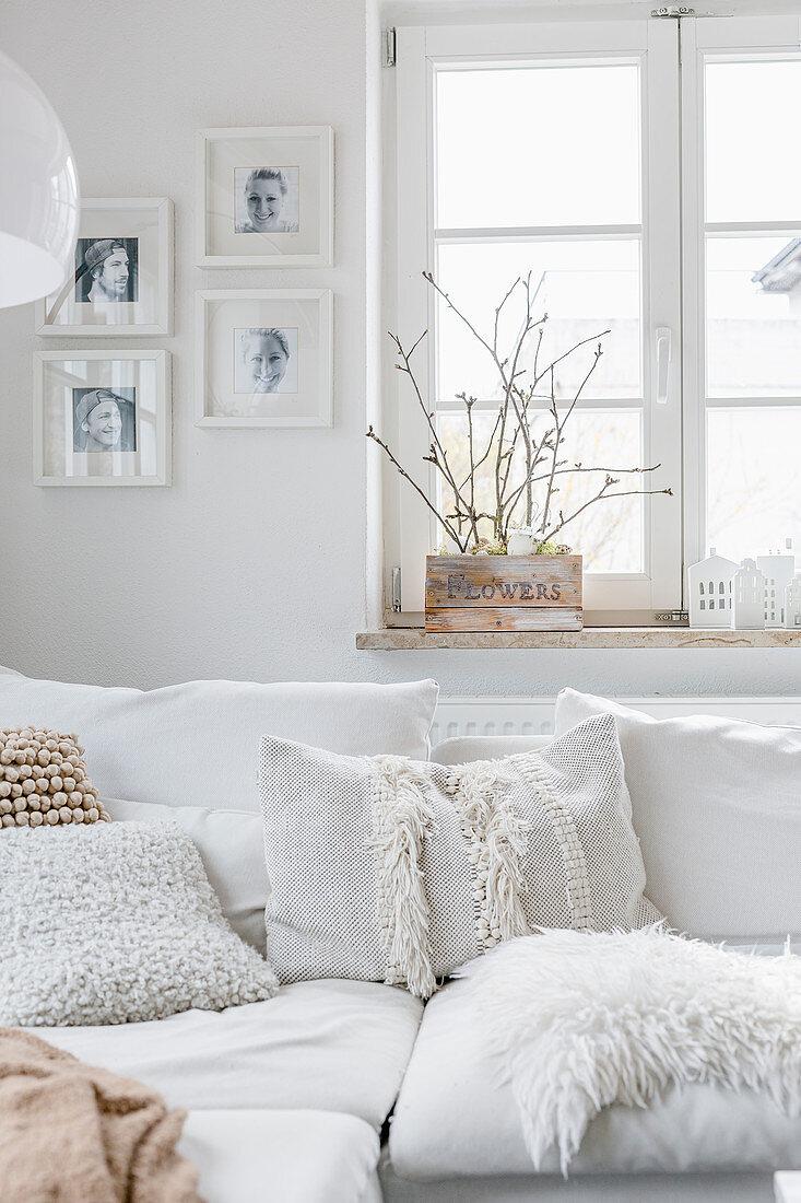 Kissen mit verschiedenen Oberflächen im Wohnzimmer in Weiß