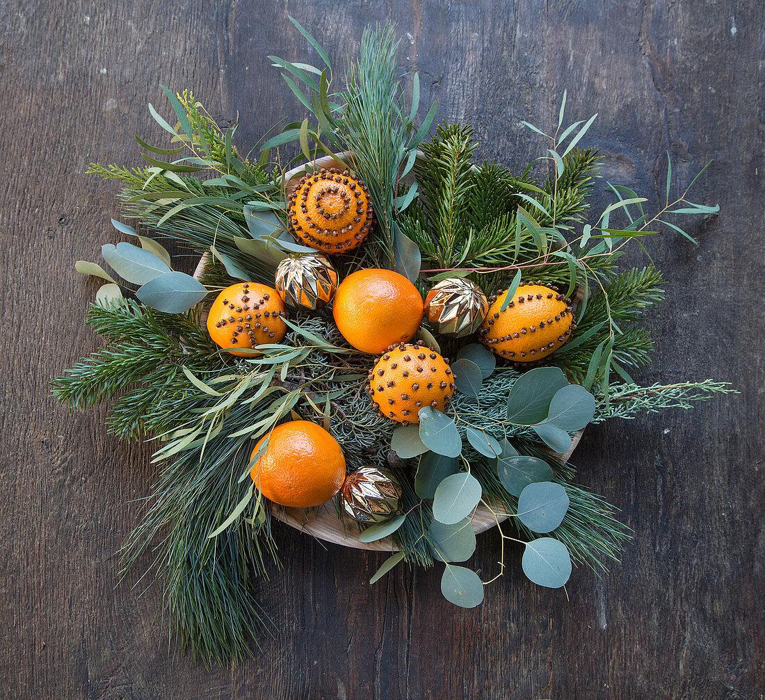 Zweige mit Pomander dekoriert