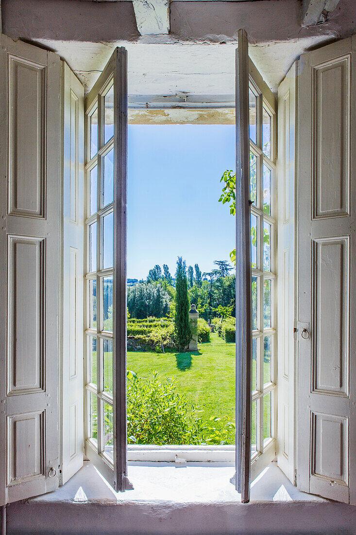 Blick durch geöffnete Flügeltüren in den Garten