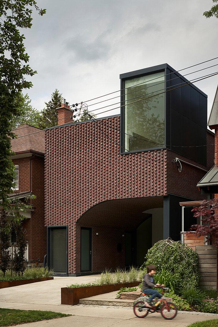 Modernes Haus aus Backstein mit integriertem Carport