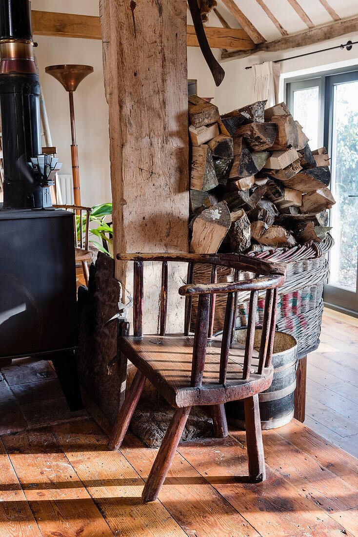 Waliser Stuhl, Brennholz und Kaminofen in renovierter Scheune