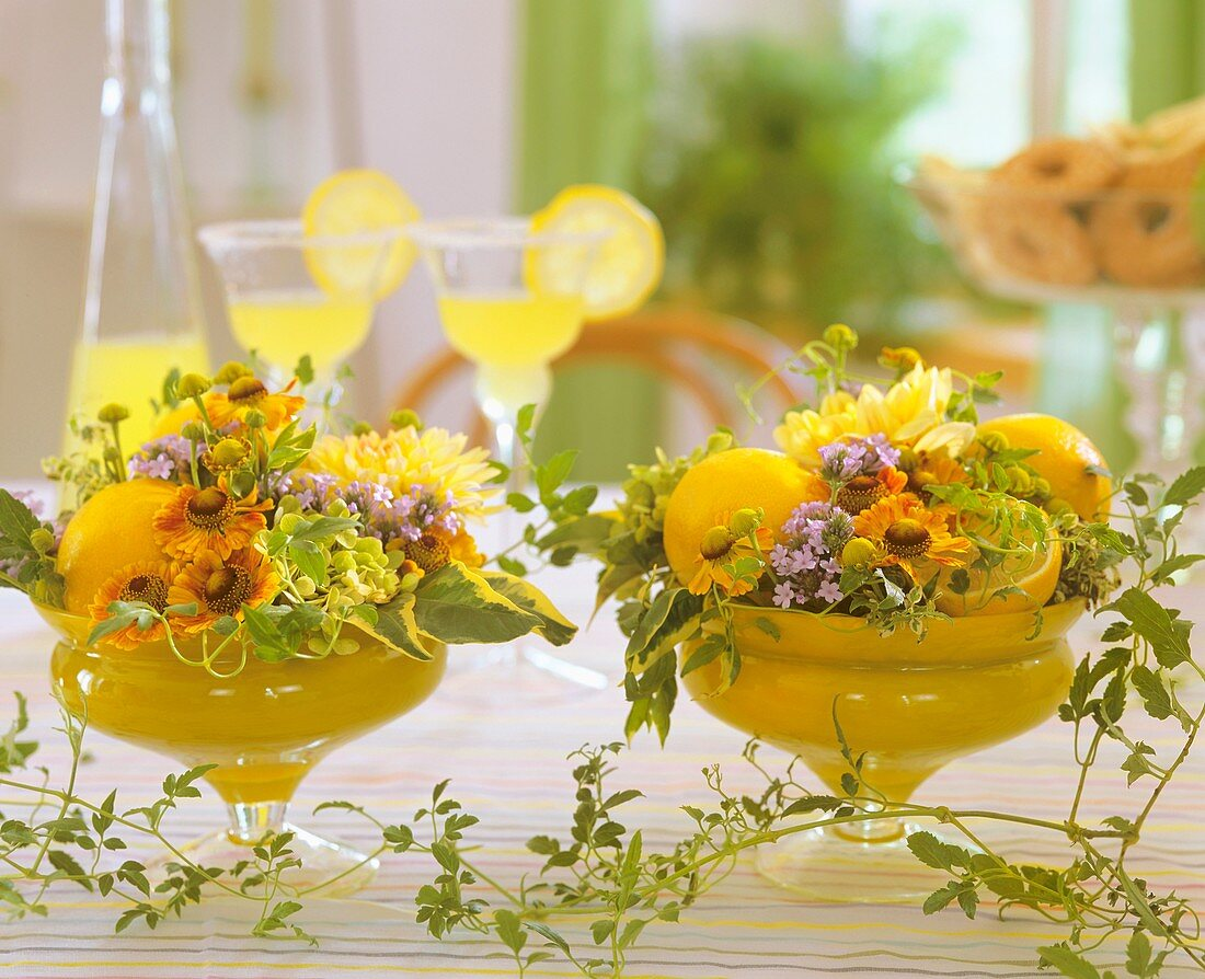 Glasschalen mit Sonnenbraut, Hortensien, Eisenkraut, Zitronen