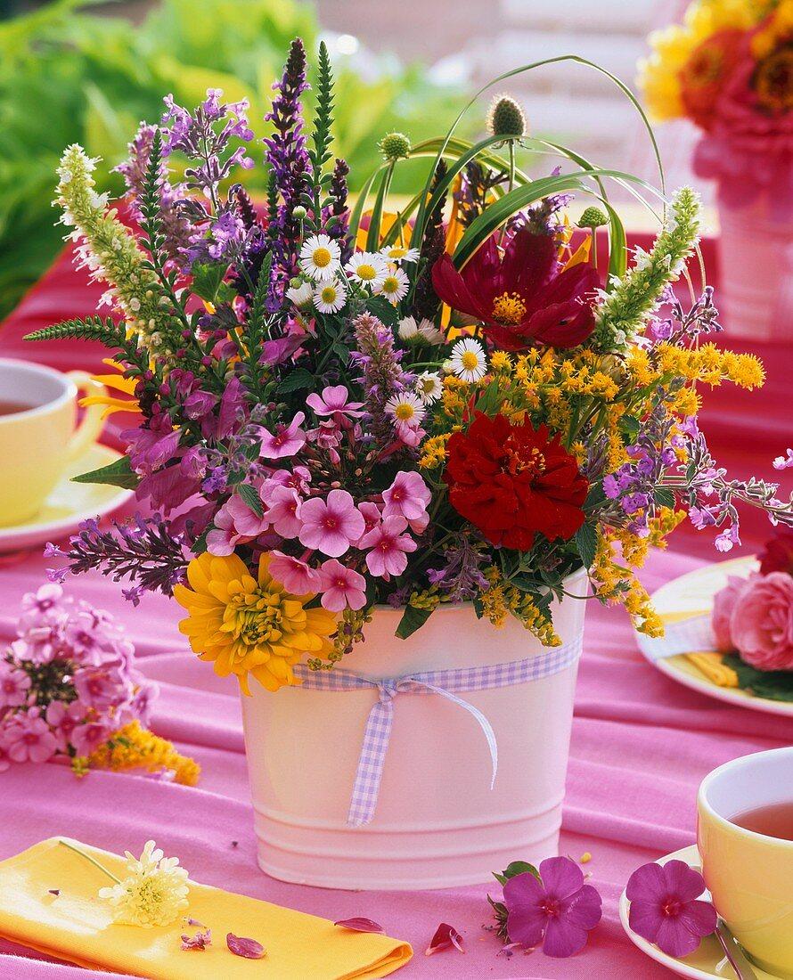 Sommerlicher Blumenstrauss auf Teetisch