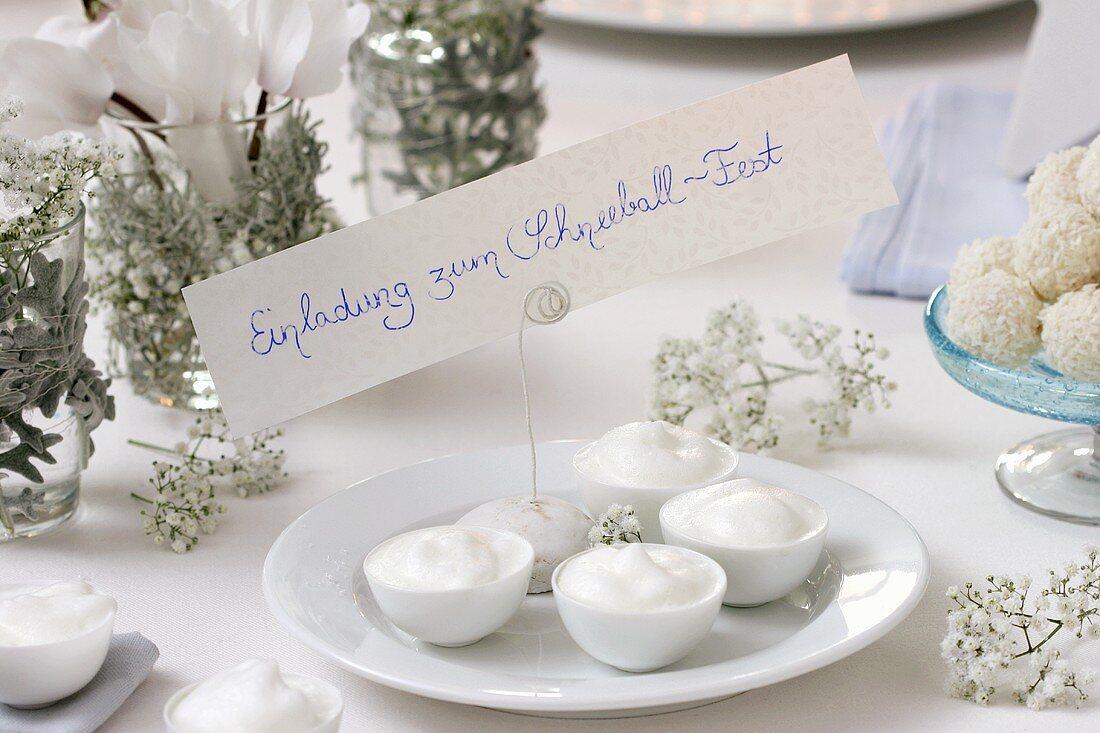 Heisser Amaretto mit Milchschaum zum 'Schneeball-Fest'