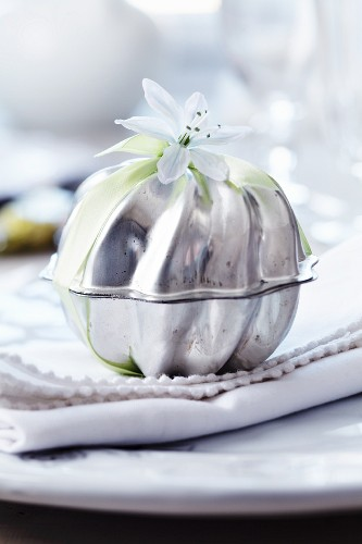 Guest favour packaged in small cake moulds and decorated with glory-of-the-snow flower