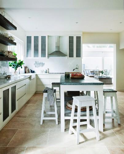 kücheninsel mit hockern in moderner, … - bild kaufen