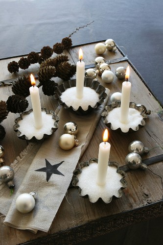 Decorative idea for Advent wreaths; pearl sugar in old cake tins