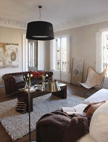 Living room with stucco ceiling, sofa and Butterfly easy chair