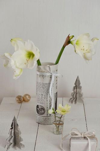 Selbstgemachte Vasenhusse aus Zeitungspapier