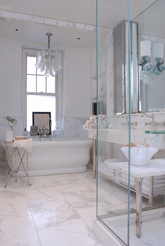 Postmodern bathroom with numerous elements in playful antique style