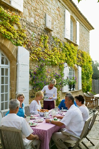 Bed and breakfast in Mediterranean country house - guests taking breakfast on the terrace