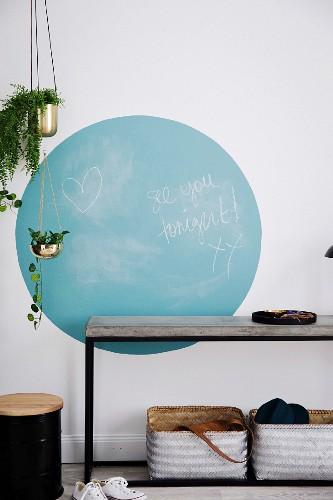 Blauer Kreis mit Tafelfarbe über dem Konsolentisch im Flur