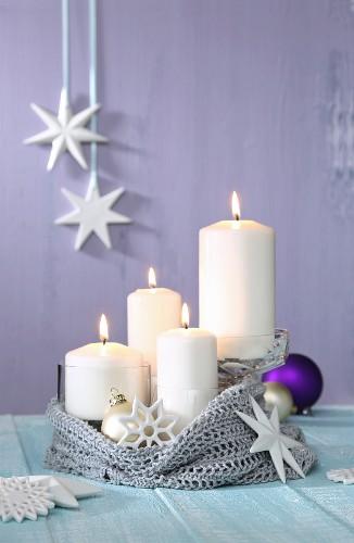 Alternativer Weihnachtskranz aus einem alten Strickpullover und Kerzen