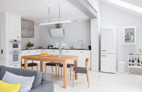 Heller, offener Wohnraum im skandinavischen Sti