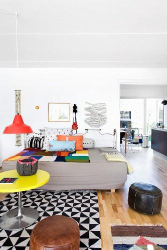 Wohnzimmer mit Stilmix und grafischen Mustern