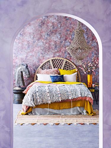Blick durch einen Durchgang ins Schlafzimmer mit gemusterter Wand
