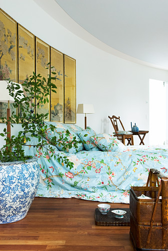 Oriental-style bedroom with curved wall
