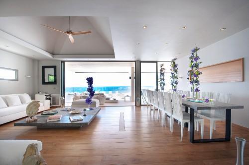 Luxuriöses Wohnzimmer mit übergroßen Möbeln