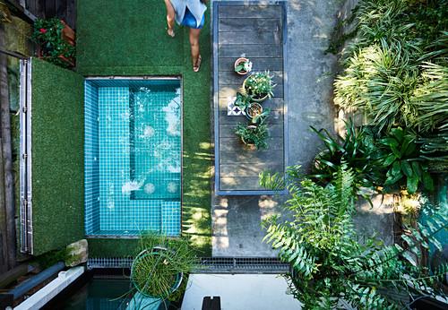 Blick von oben in kleinen Innenhofgarten mit Mini-Pool