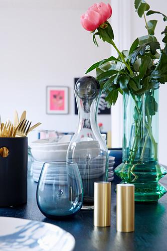 Glasware und Blume auf Tisch
