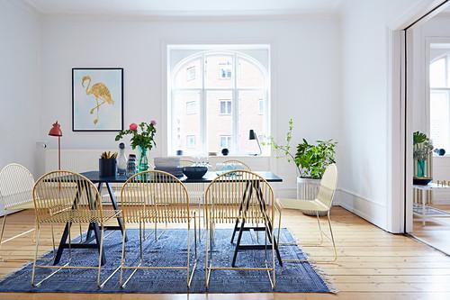Essbereich mit Designerstühlen in Altbauwohnung