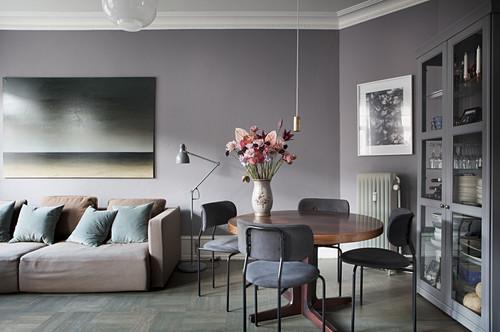 Wohnraum mit Sofa und Esstisch in Grautönen