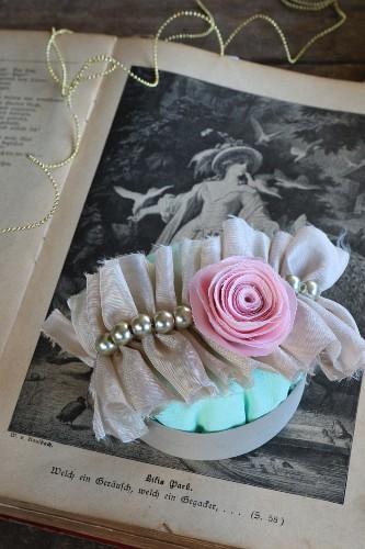 Haarspange aus gerafftem Stoff mit Perlen und Stoffrose