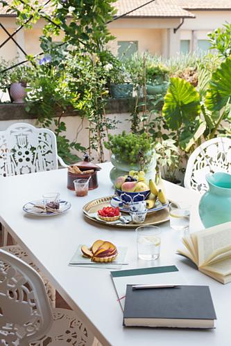 Obstsnack auf dem Tisch auf sommerlicher Dachterrasse