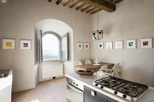 Küche mit geöffnetem Fenster und Bildergalerie in renoviertem Schloss