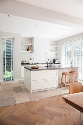 Island counter in white, open-plan fitted kitchen